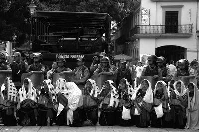 LA POLICÍA ATACA A UNA MARCHA POPULAR EN OAXACA: MÁS DE CIEN HERIDOS Y TRES MUERTOS